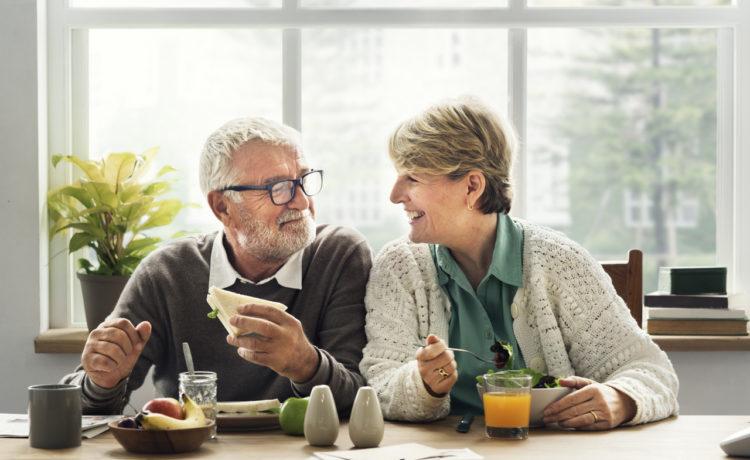 Starzenie się - szczęśliwa starsza para jedząca zdrowy posiłek